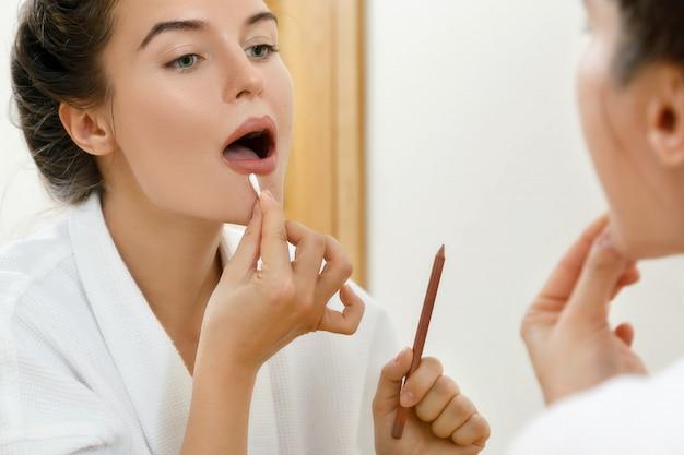Contorno labbra disegno donna