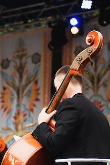 Contrabbassa il giocatore su un'esibizione dal vivo all'aperto. festival in ucraina