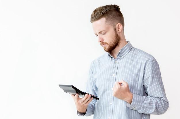 Contrariato giovane uomo che conta interesse di credito