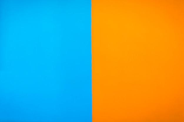 Contrasto dipinto di colore blu e sfondo muro arancione