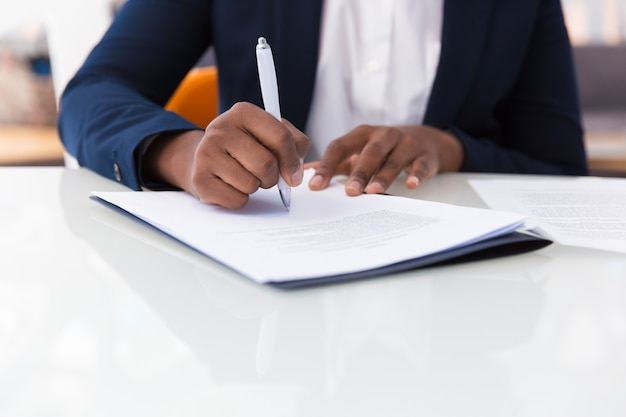 Contratto di firma imprenditrice