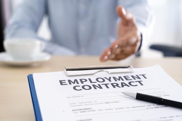 Contratto di lavoro che firma l'affare di lavoro concetto di reclutamento