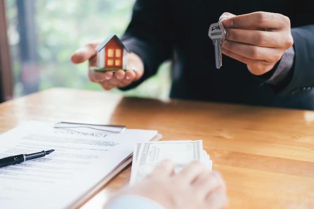 Contratto di locazione di affitto casa residenziale broker immobiliare.