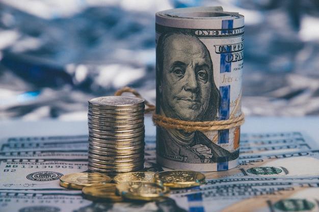 Contro lo sfondo blu di un centinaio di dollari sparsi