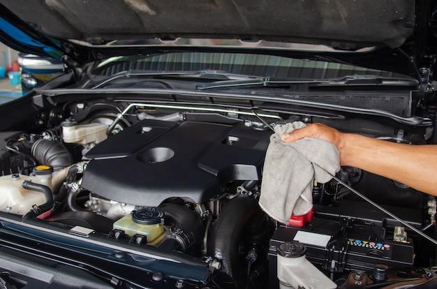 Controllare l'olio motore