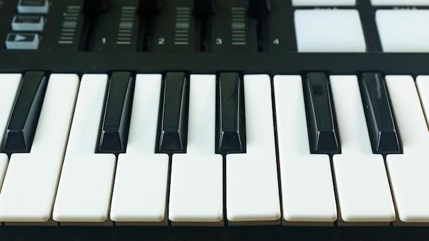 Controller midi sintetizzatori sonori per il produttore di musica edm.