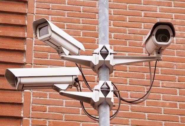 Controlli la macchina fotografica nella priorità bassa della parete