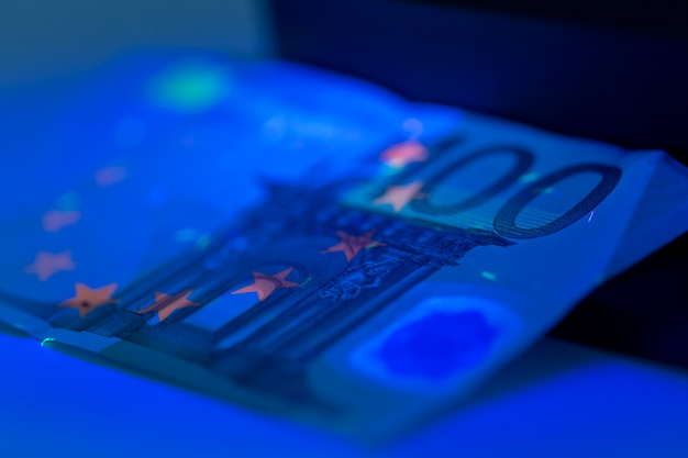 Controllo dei soldi da vicino