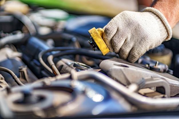 Controllo del livello dell'olio nel motore dell'auto