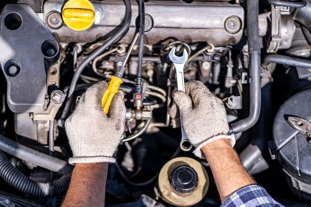 Controllo del motore di un'auto durante un servizio di auto