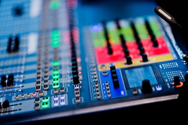 Controllo del suono per concerti, controllo mixer, ingegnere musicale, backstage