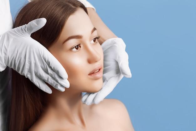 Controllo della pelle prima della chirurgia plastica