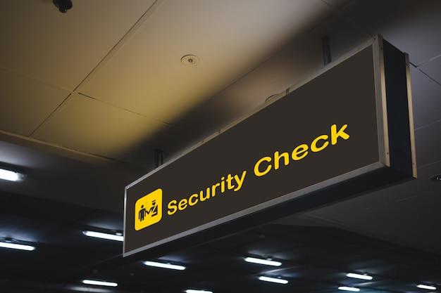 Controllo di sicurezza all'interno del segno dell'aeroporto.