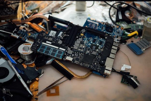 Controllo di un notebook (laptop) per la riparazione in negozio