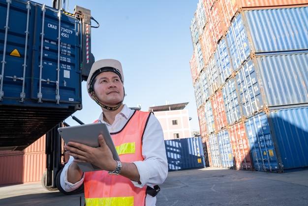 Controllo ingegnere logistico nel porto, caricamento container per esportazione camion e importazione logistica