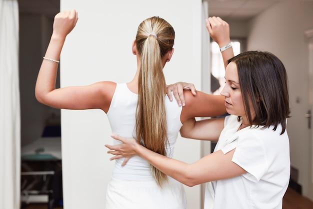Controllo medico alla spalla in un centro di fisioterapia.