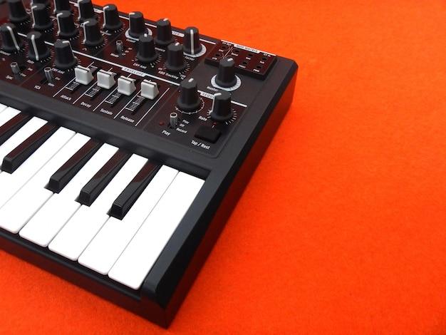 Controllo musicale primo piano, strumento musicale elettronico o mixer audio o equalizzatore sonoro (sintetizzatore modulare analogico)
