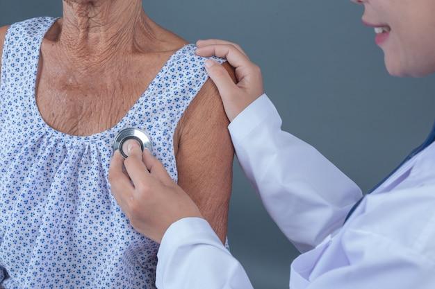 Controllo sanitario anziano con giovane infermiera.