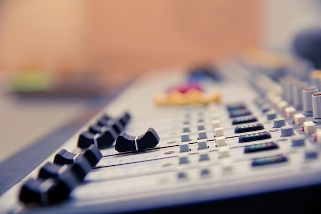 Controllo slide volume su professional sound mixer.