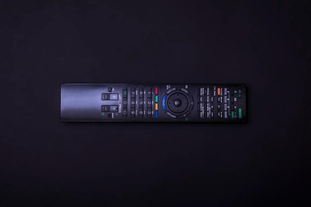Controllo tv su uno sfondo nero.