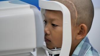 Controllo visivo Ragazzi asiatici che hanno problemi di vista