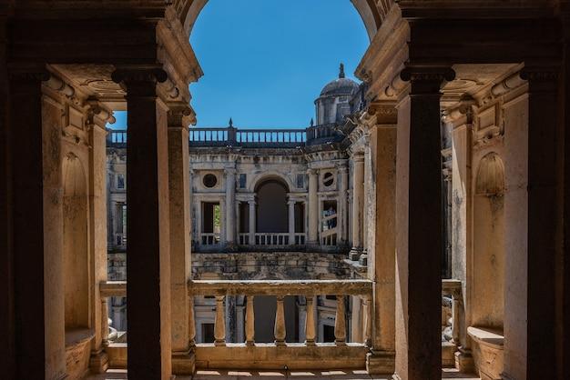 Convento di cristo sotto la luce del sole e un cielo blu in portogallo