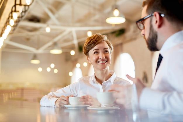 Conversazione al caffè