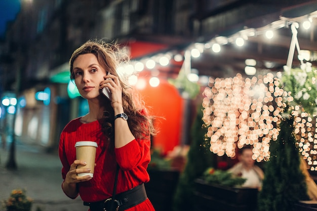 Conversazione della donna sullo smartphone e guardare alla distanza