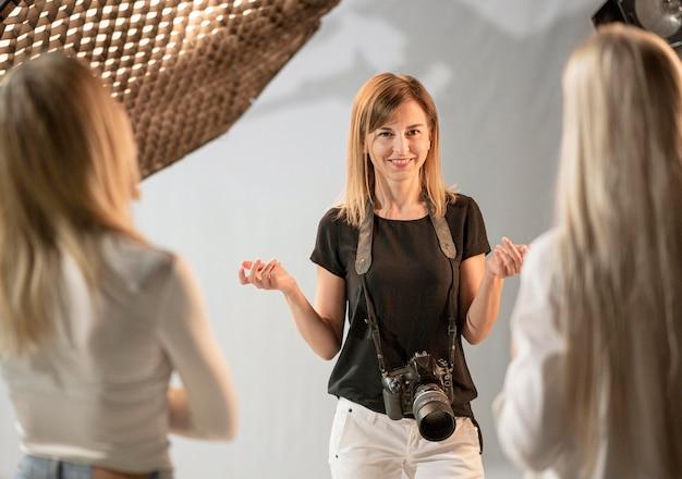 Conversazione femminile dei modelli e del fotografo