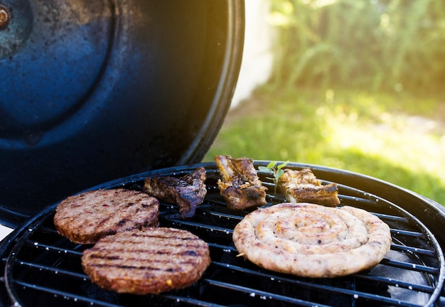 Cookout nel giardino estivo