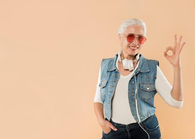 Cool donna senior con occhiali da sole