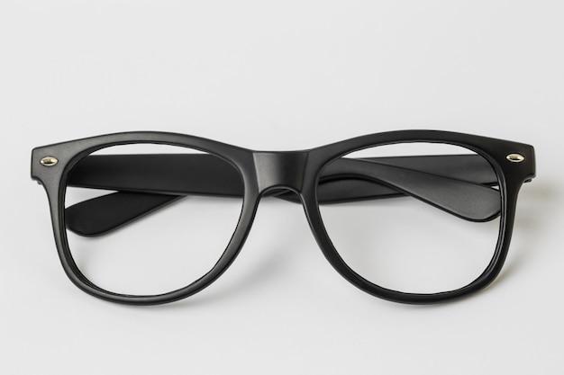 Cool occhiali da sole isolati su sfondo bianco, vista dall'alto.