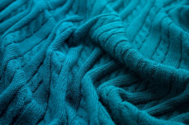 Coperta blu a maglia spiegazzata.