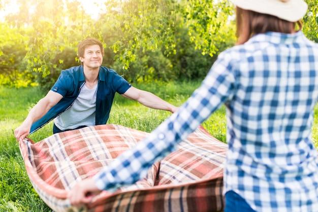 Coperta da picnic che si dispiega coppia
