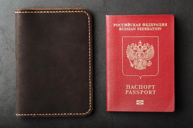 Copertina in pelle marrone con passaporto rosso