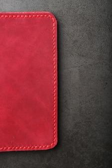Copertina in pelle rossa per un passaporto. vera pelle, fatta a mano, impunture da vicino