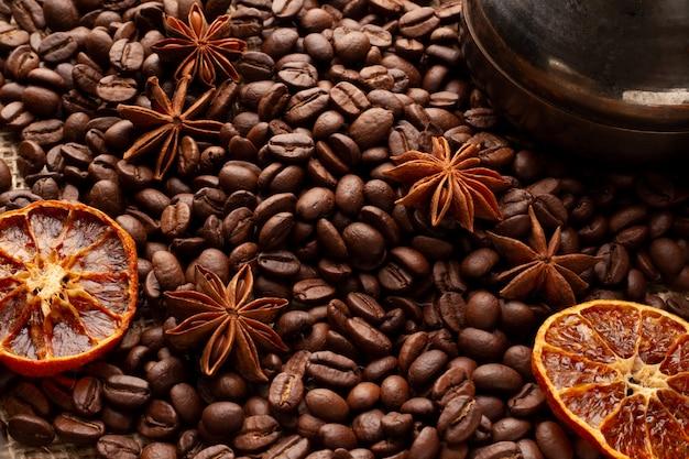 Copertina o sfondo per un menu di caffè. con il bricco per la preparazione. angolo alto di una foto