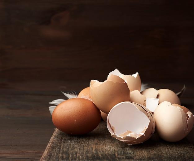 Coperture di pollo crude di brown su una tavola di legno, tonalità d'annata