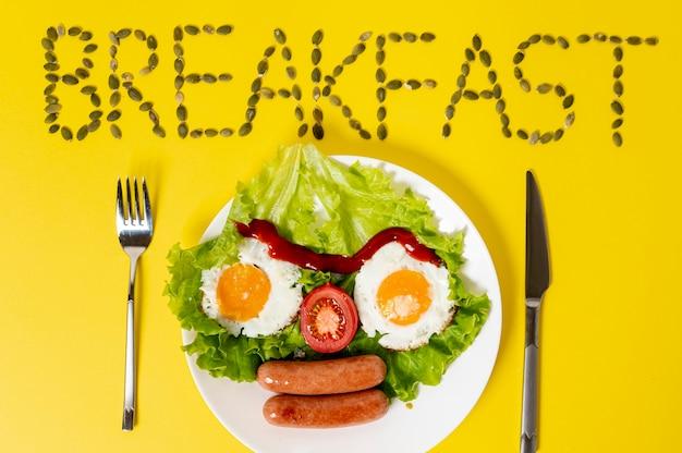 Copi lo spazio uovo fritto con la disposizione del fronte degli ortaggi freschi su fondo normale