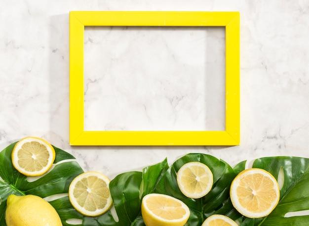 Copia la cornice dello spazio con i limoni