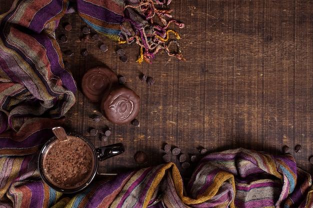 Copia lo sfondo dello spazio con cioccolata calda
