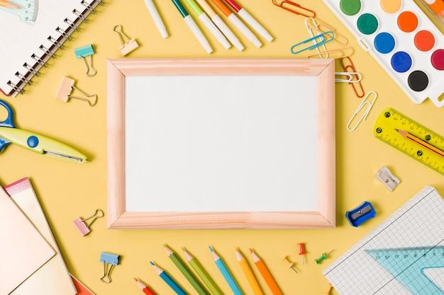Copia spazio bianco con cartoleria scolastica
