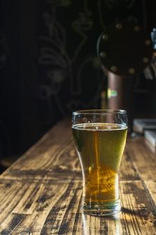 Copia-spazio bicchiere rinfrescante con birra