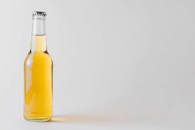 Copia-spazio bottiglia di birra sul tavolo