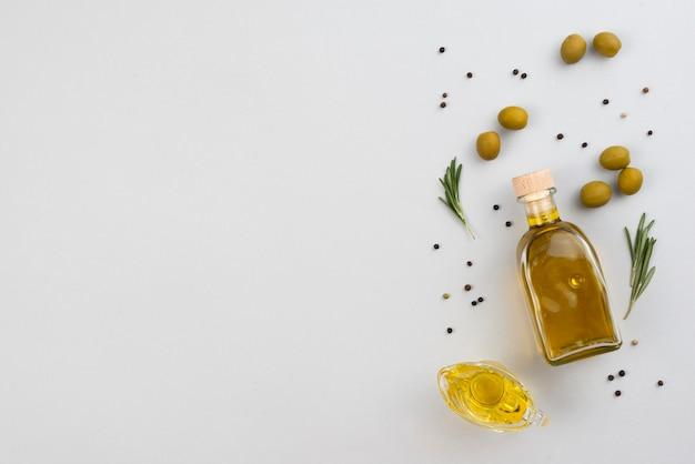Copia-spazio bottiglia di olio d'oliva sul tavolo