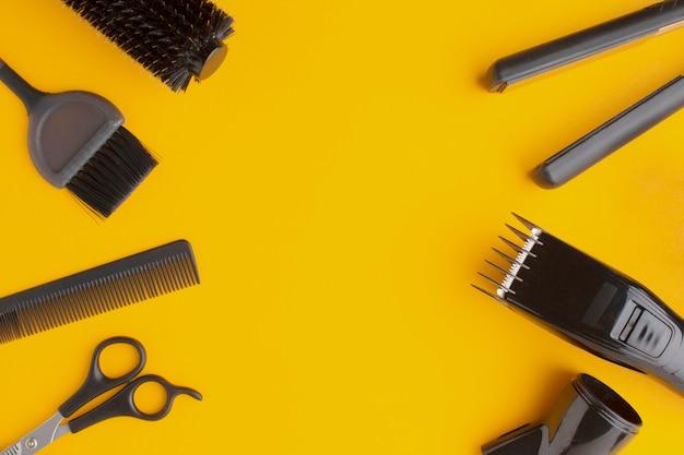 Copia spazio circondato da forniture di capelli