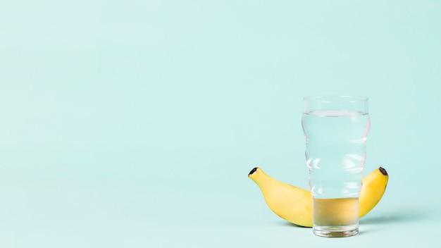 Copia spazio con banana e acqua
