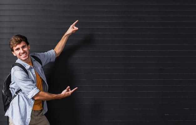 Copia-spazio con l'uomo che punta in background