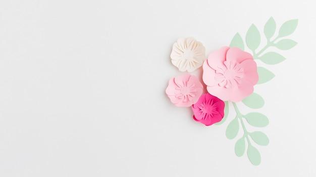 Copia-spazio con ornamento floreale di carta
