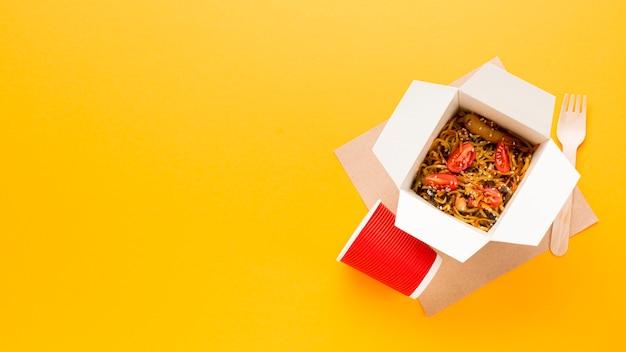 Copia spazio con scatola di cibo cinese